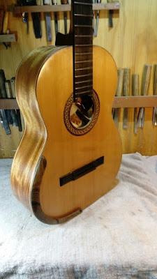 Guitarra Antilko del luthier Claudio Rojas de costado, con apoya brazos