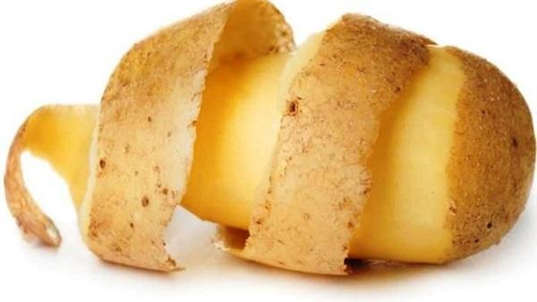 لا ترمي قشر «البطاطس» وضعيه على شعرك ولن تصدقي النتائج