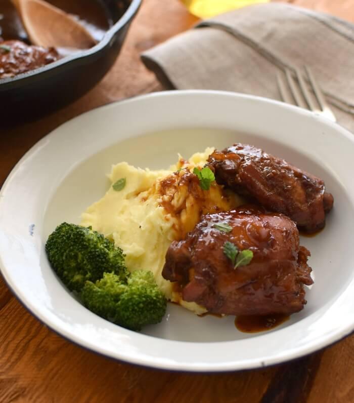 Pollo a la cerveza servido con con puré de papas y brócoli al vapor