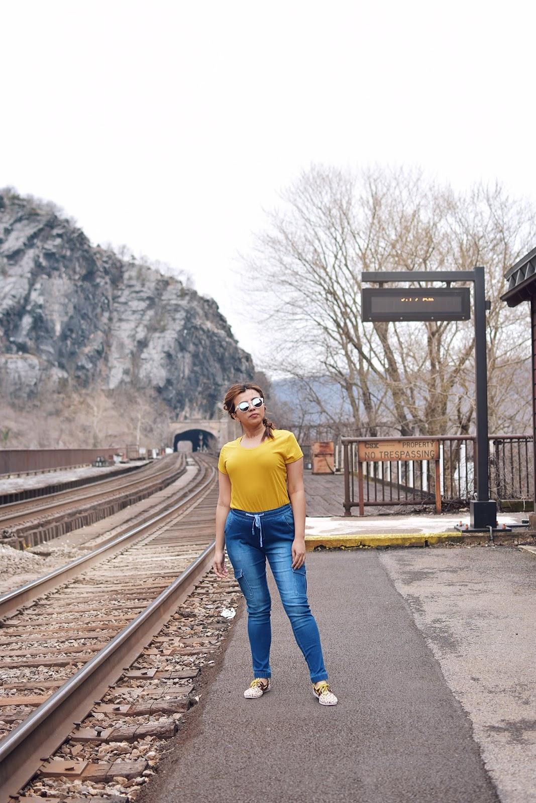 Skinny Jogger Pants - Neon Vibes-mom jeans-lookbook-fashionblogger-dcblogger-travelblogger-west virginia-harpers ferry-viajeros en internet-bloggerstyle-