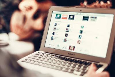 Ilustração sobre funcionamento de site e preocupações com marketing digital.