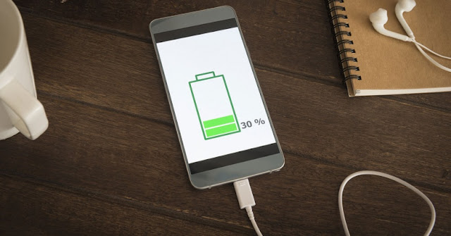 Smartphone cargando batería con cargador universal