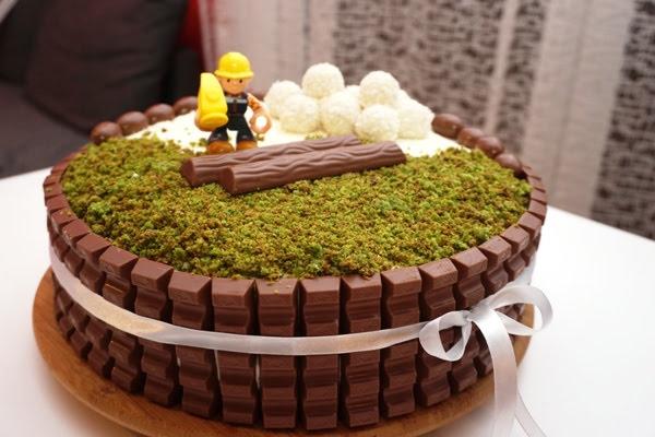 tort urodzinowy dla chłopca - niebieski biszkopt, krem mascarpone, dekoracje z kinderków