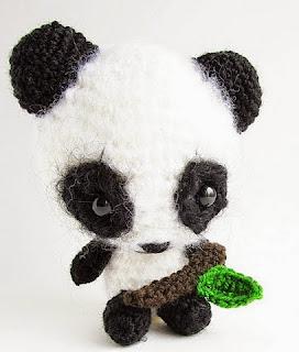http://translate.google.es/translate?hl=es&sl=en&tl=es&u=http%3A%2F%2Fwww.littlethingsblogged.com%2F2013%2F03%2Famigurumi-panda-pattern.html