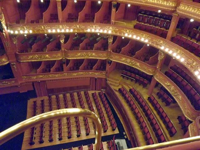 cadeiras na sala de espectáculos do Teatro Nacional São João