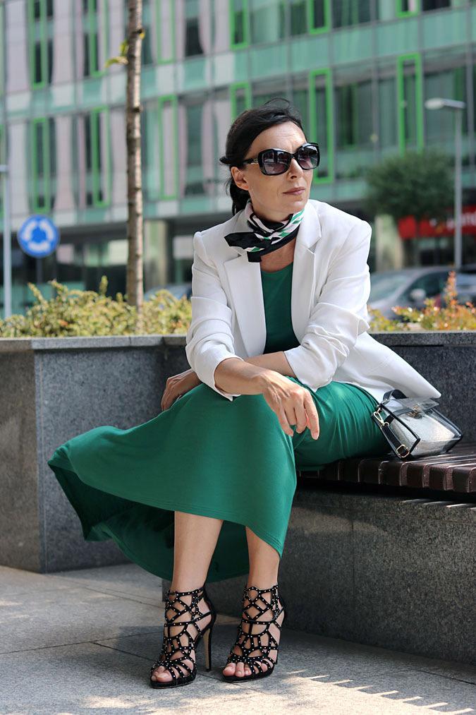 jakie dodatki do zielonej sukienki