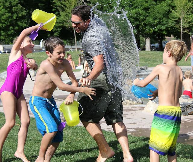 Giochi con l'acqua con i bambini