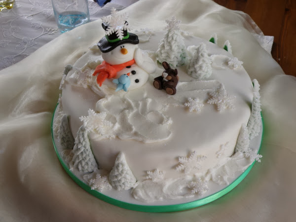 Wintermärchen Motivtorte mit Schneemann, Vögelchen und Häschen
