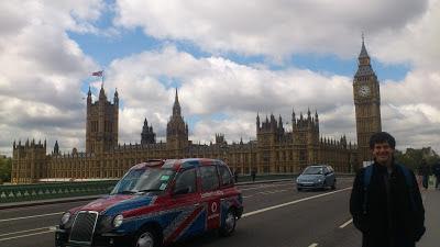 Big Ben e tradicional táxi em Londres, Inglaterra