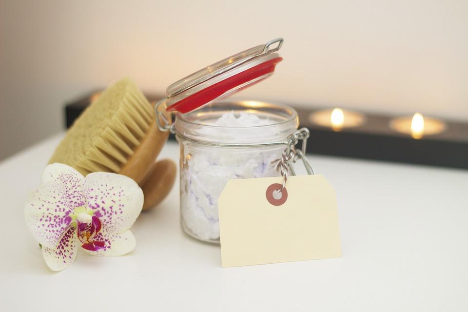 Szczotkowanie ciała na sucho | prosty i skuteczny sposób na jędrną i gładką skórę