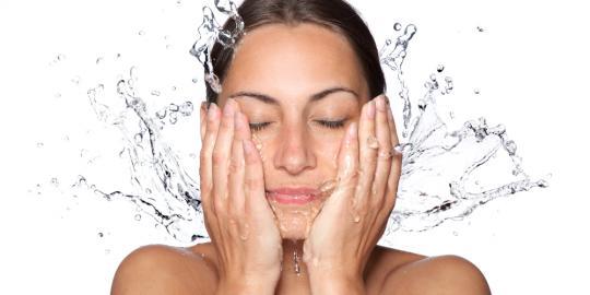 wanita cuci muka