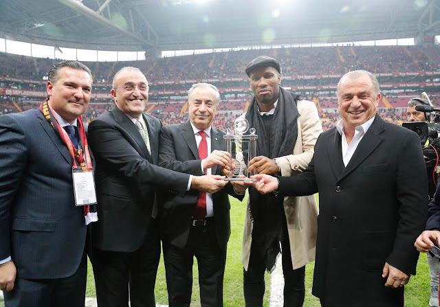 Didier Drogba'ya plaket verildi!