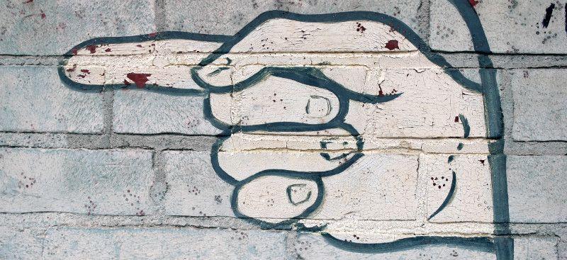 Graffitti de mano apuntando a la izquierda