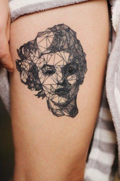 Tatuaje geometrico en la pierna
