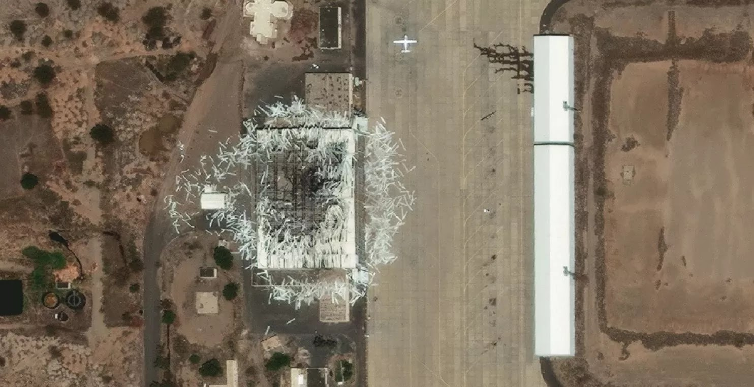 As imagens de satélite do Aeroporto Internacional de Sanaa em 22 de março.