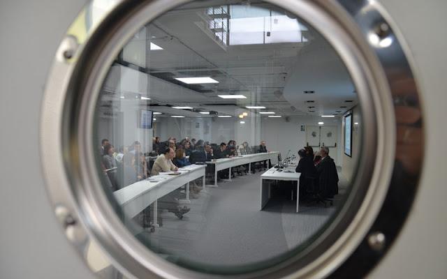 un momento de la jornada a través del ojo de buey de una de las puertas del aula