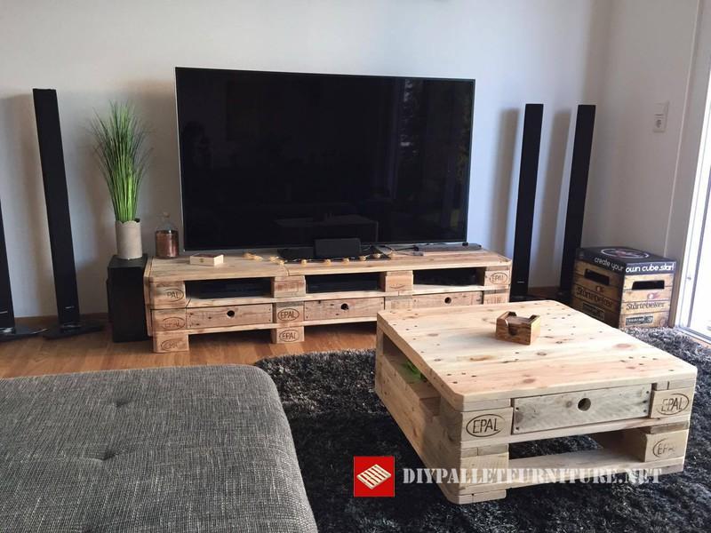 Mueble para el televisor y mesita de caf for Muebles para tv con tarimas