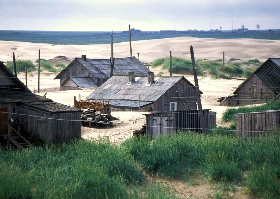 Ultima Thule: Shoyna (Шо́йна), a weird Arctic hamlet invaded by 'desert' sands from the Barents Sea