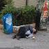 Εικόνες - ντροπής τη Μεγάλη Βδομάδα στον Πειραιά: Πατέρας και γιος κοιμούνται αγκαλιά στο πεζόδρομο δίπλα από το Δημαρχείο! (photos)