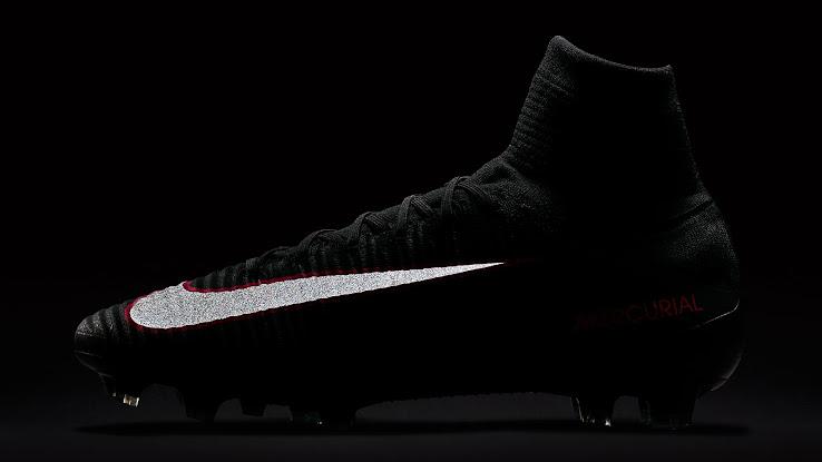 huge selection of 9a709 b657d ... Look für die Nike Mercurial Superfly Schuhe ein - als Teil der Nike  Pitch Dark Fußballschuh-Kollektion. Die Schuhe sind ab dem 5. Juli zu kaufen .