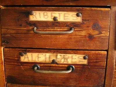 Mueble de madera tipo aparador antiguo mostrador