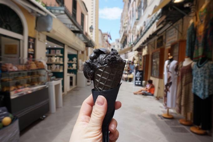 Mustaa jäätelöä Korfulla, Kerkyra
