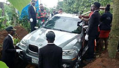 Ayah wafat dikubur dengan menggunakan BMW mewah