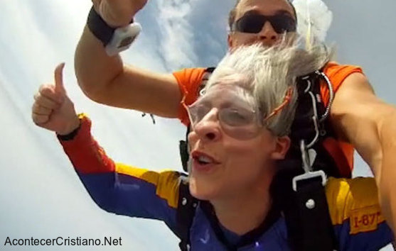 Mujer saltando en paracaídas para ayudar a las misiones