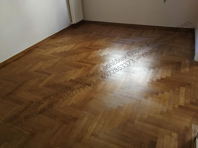 Αλλαγή χρώματος ξύλινου πατώματος σε καρυδί