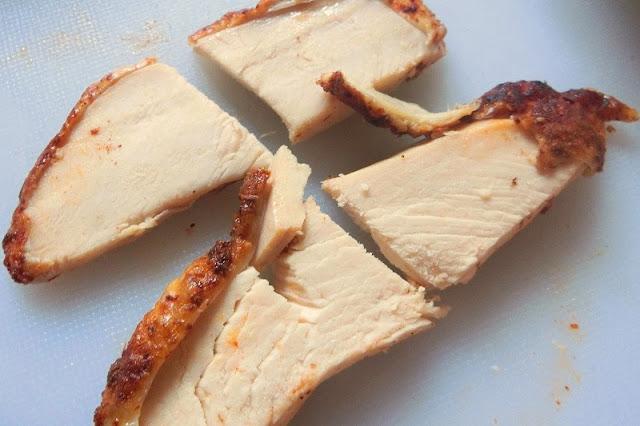 加熱したローストチキンは半分の長さに切る