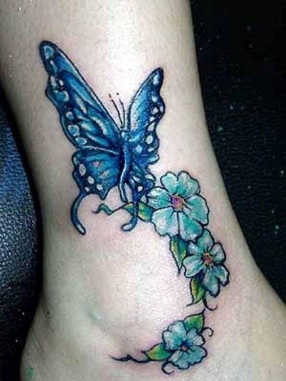 chica con tatuaje en el tobillo, vemos un elegante tatuaje en tobillo de mujer