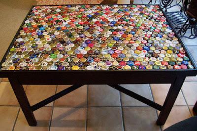 Mesa con corcholatas y resina