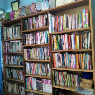 ebagian koleksi perpustakaan Taman Baca DNA
