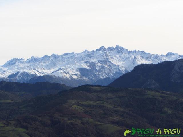 Vista de los Picos de Europa desde el Pico Torre en Piloña