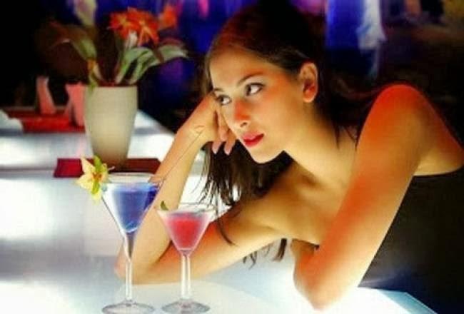 5+2 κινήσεις που κάνει μια γυναίκα όταν σε ΓΟΥΣΤΑΡΕΙ