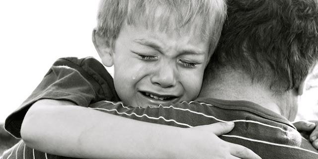 anak dan sang ayah menangis
