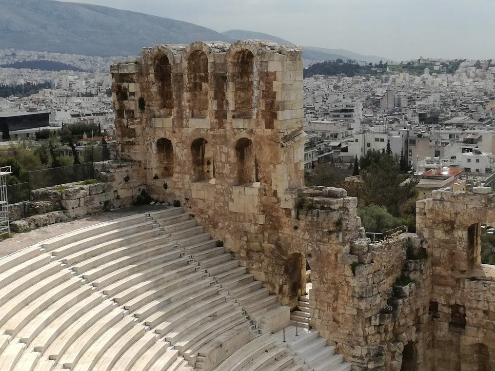 Cauta? i femeia restaurantului Atena