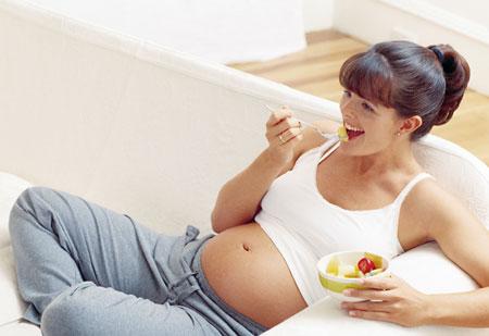 foto de una mujer embarazada bebiendo de una copa foto de una mujer embarazada bebiendo de un vaso