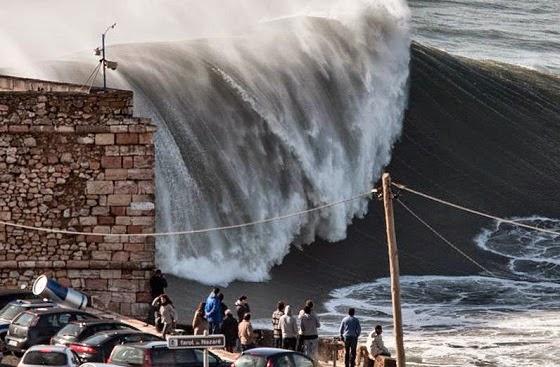 Olas gigantes en La Praia de Nazaret