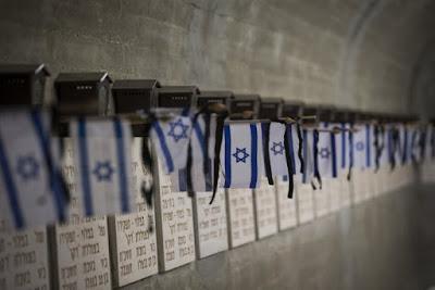 Tumbas de los soldados caídos de Israel adornados con banderas para el Memorial Day