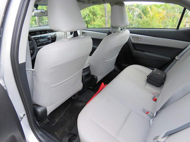 Toyota Corolla GLi 2017 - espaço traseiro