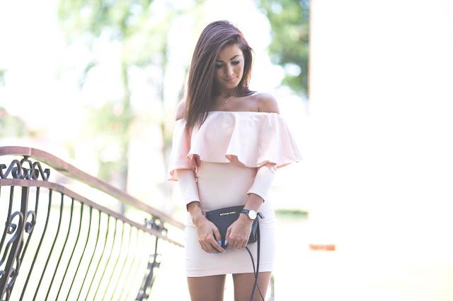 Sukienka hiszpanka w pudrowym kolorze - Czytaj więcej