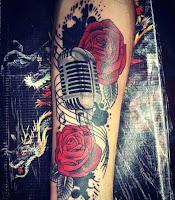 tatuaje microfono con rosas a color