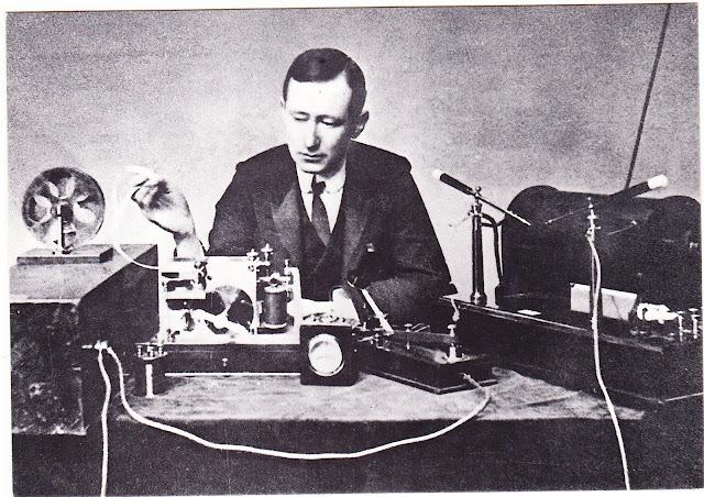 Guglielmo Marconi dengan stasiun radio temuannya
