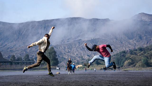 Foto lompat dengan background kawah gunung bromo