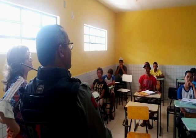 Policiais do 7º BPM de Santana do Ipanema,  visitam escola pública para realização de palestra