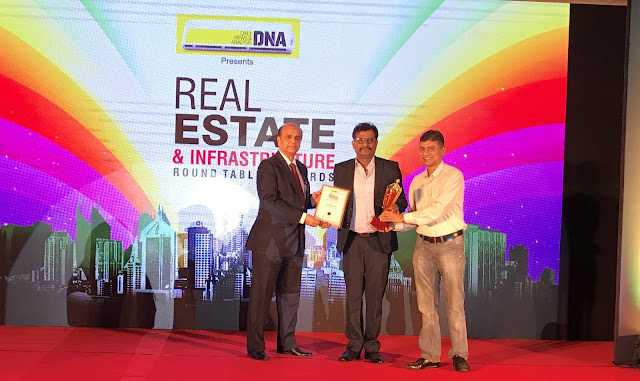 Mr Digvijay Singh, Head-Corporate Communications, Emaar India receiving DNA Real Estate Award_02