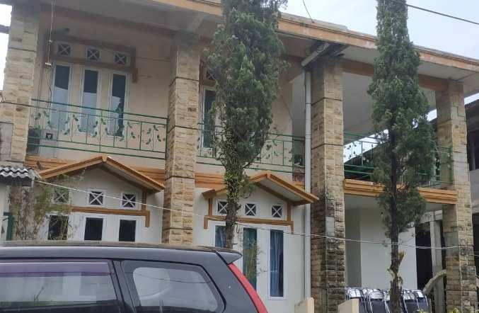 Tampak depan rumah minimalis dengan batu alam