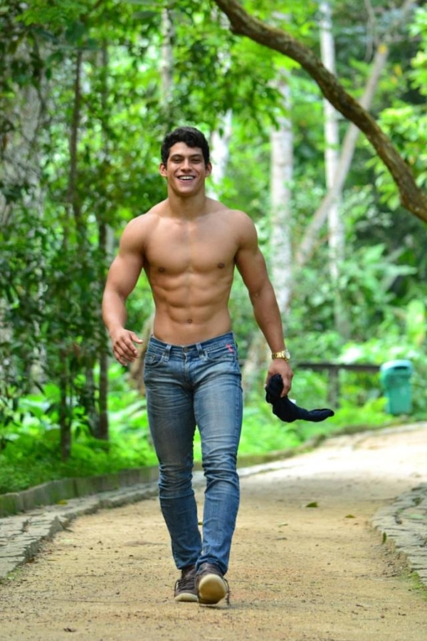 shirtless-hunk-in-the-nature