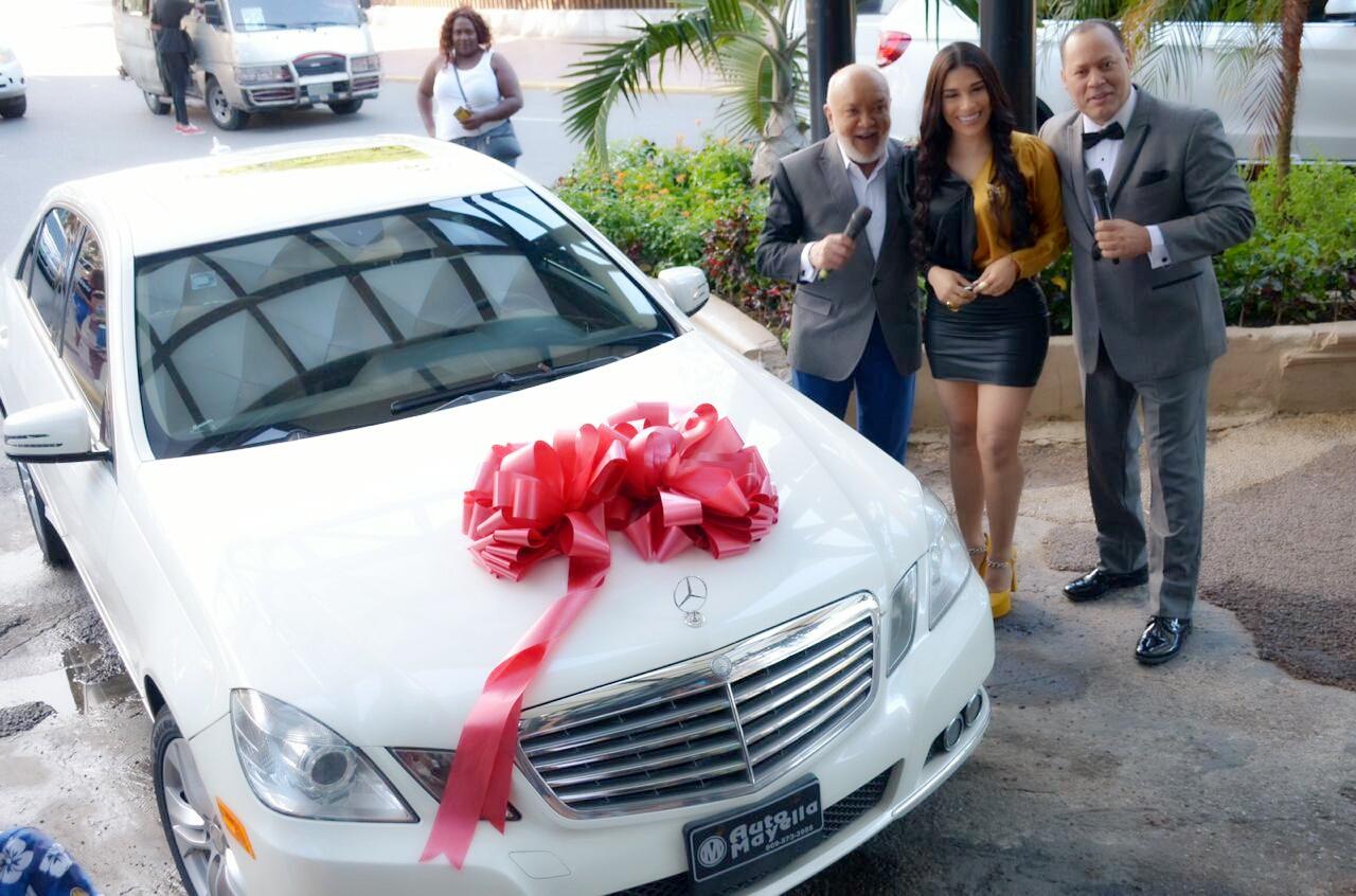 Franklin Mirabal regala vehículo a su prometida en Divertido con Jochy